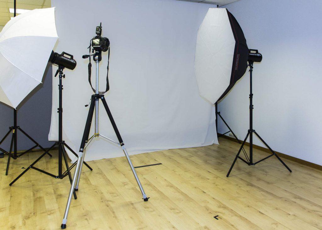 Prosite fotostudio med lamper, softboks og kamera.