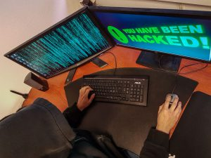 Hacker som nettopp har hacket seg inn i et system