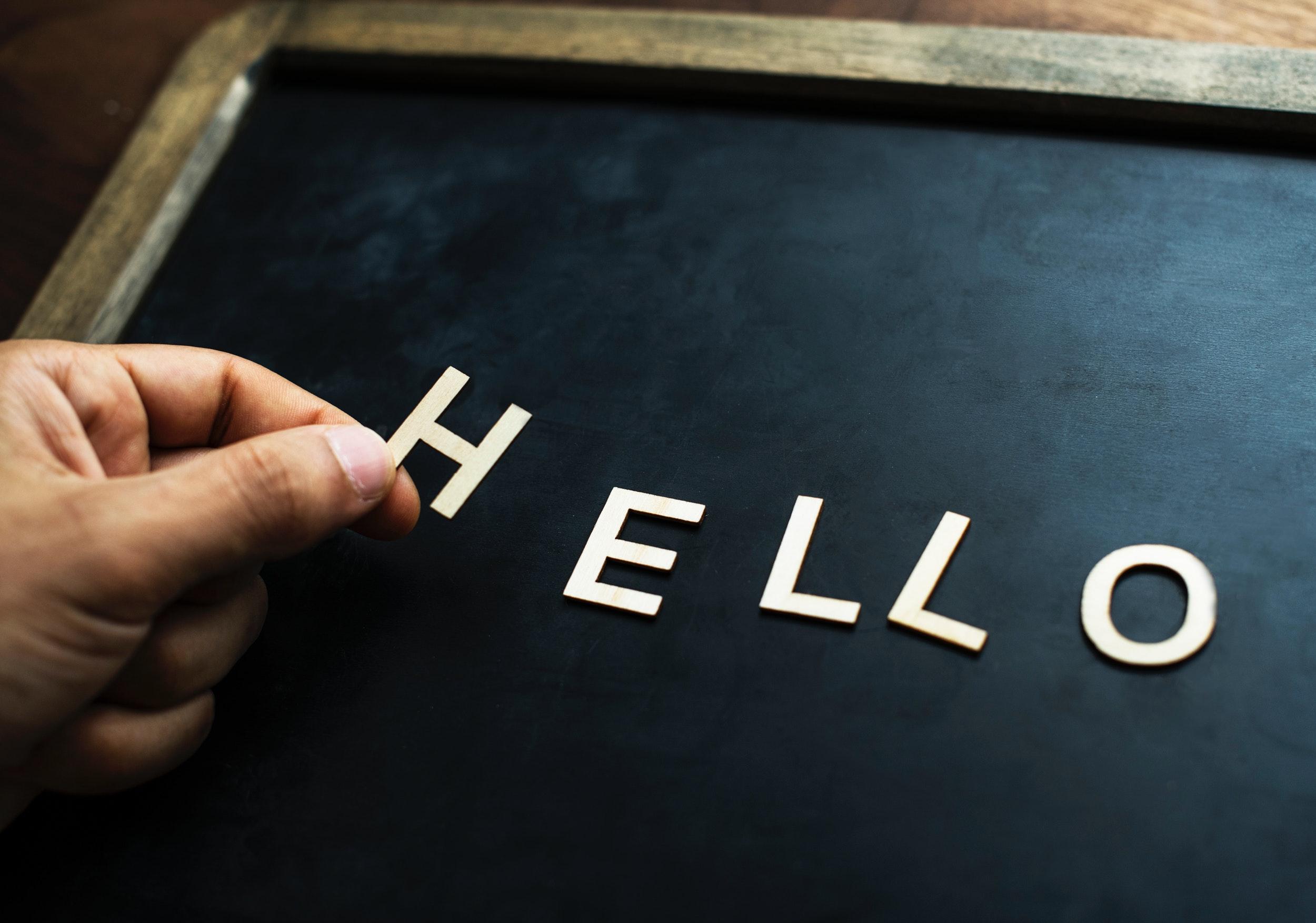 Ordet HELLO staves på en tavle