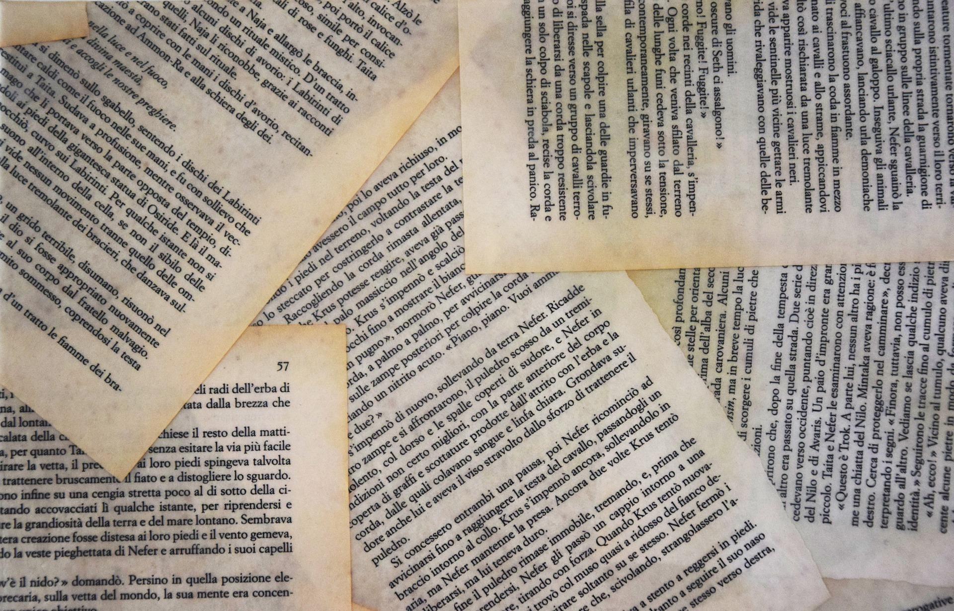 Bilde av mange løse sider fra en bok hulter til bulter.